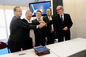 Les élus locaux signent la convention avec Alstom - copyright Tim Fox